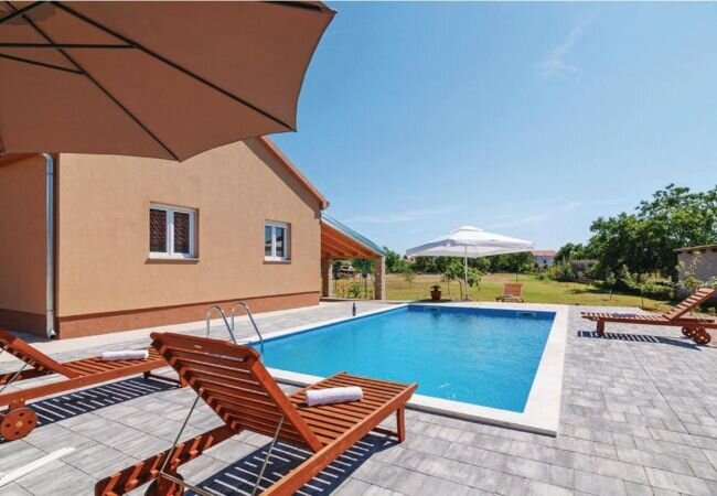 Opacici Villa Sleeps 7 with Pool Air Con and WiFi - 5873779, vacation rental in Policnik