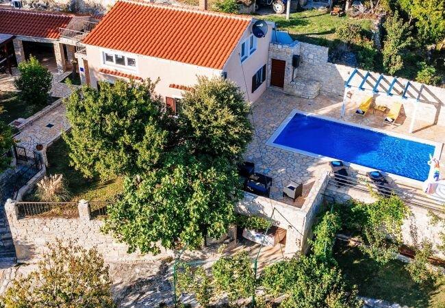 Korlat Villa Sleeps 10 with Pool Air Con and WiFi - 5875092, holiday rental in Nadin