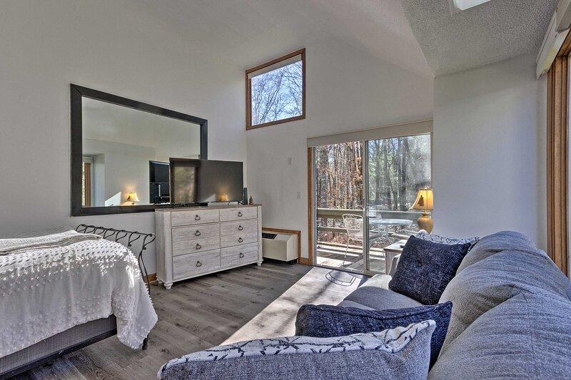 NEW! Cozy Sapphire Valley Resort Studio w/ Deck!, location de vacances à Cashiers