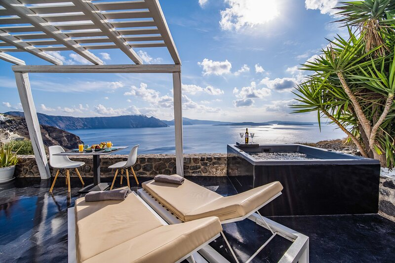 Solstice Infinity Suite with Hot tub & Caldera View, holiday rental in Tholos