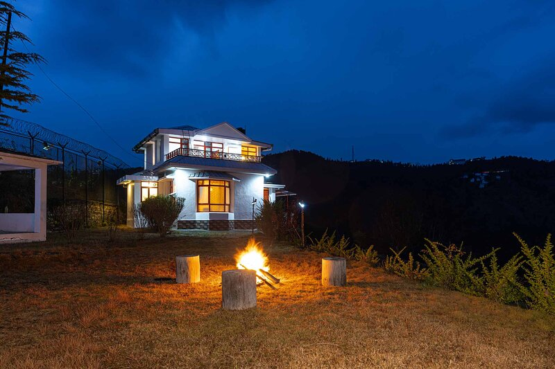 Sunshine Estate by Vista Rooms, holiday rental in Chail