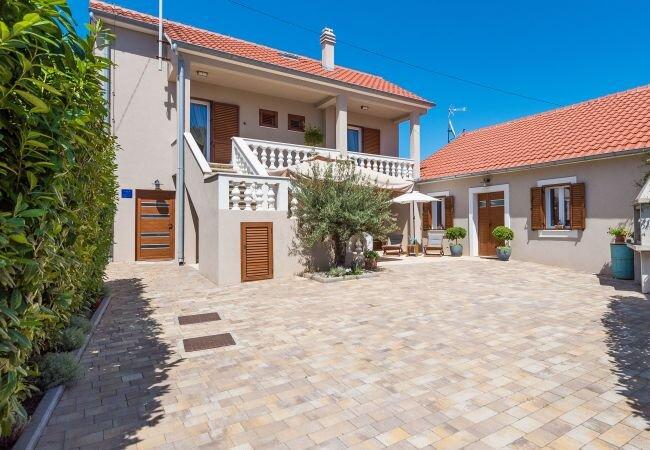 Batalazi Villa Sleeps 7 with Air Con and WiFi - 5875233, vakantiewoning in Nin