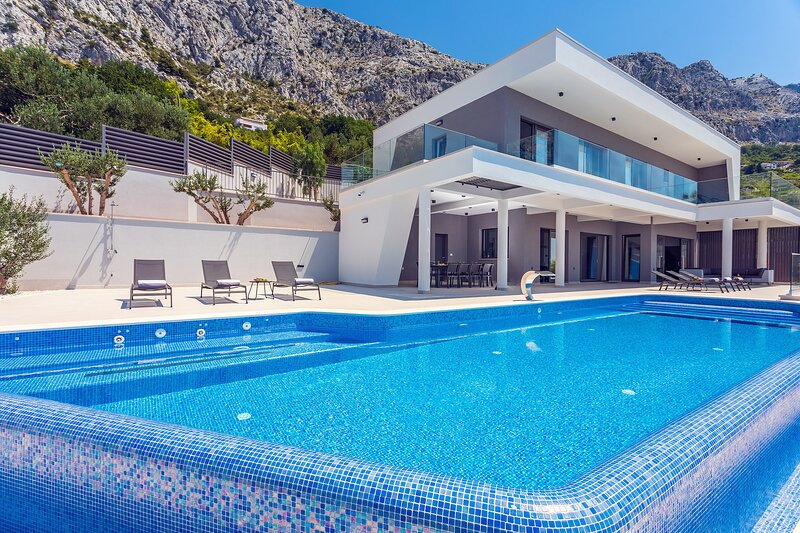 BRAND NEW! Luxurious Villa ADA with hot tub, sauna, gym, infinity pool,sea views, alquiler de vacaciones en Omis