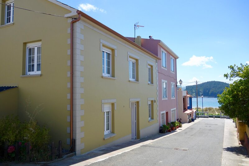 Stroll to the Beach...Summer house literally 20 steps to beaches!, location de vacances à Manon