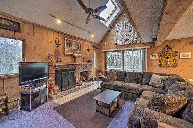 NEW! Cozy Mountain Retreat, ~ 3 Mi to Mount Snow!, holiday rental in South Newfane