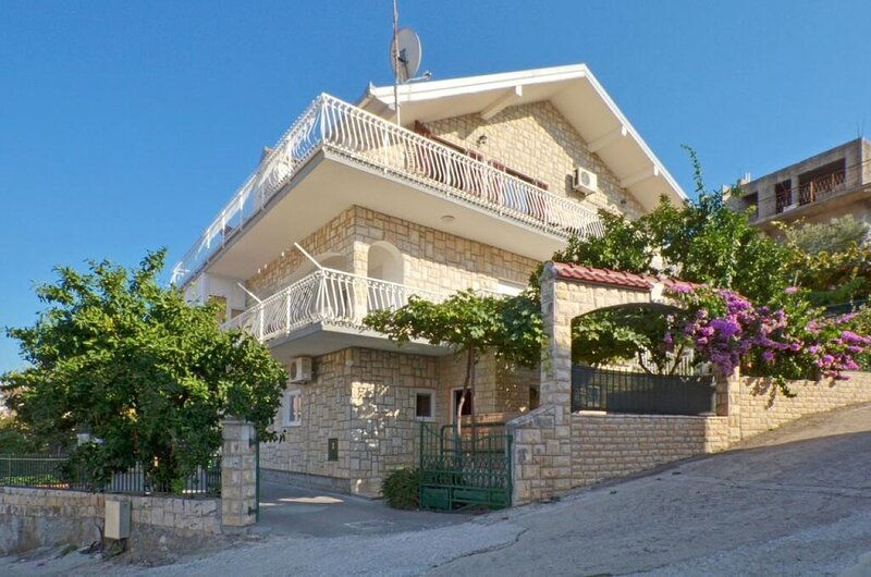 Jakov - close to the sea & free parking space:  A3 mali (3) - Mastrinka, vacation rental in Mastrinka