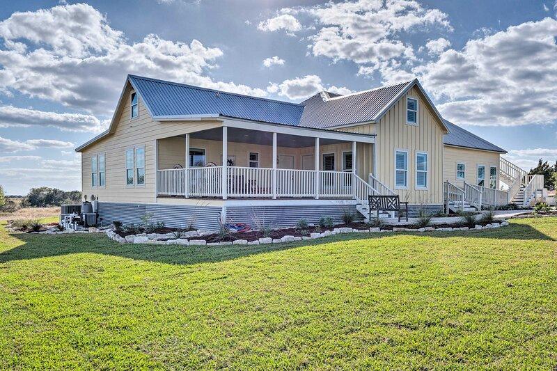 NEW! Renovated Schulenburg Retreat w/ Pool & Views, location de vacances à Schulenburg