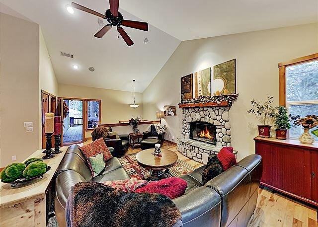 Custom House | 3 Inviting Decks & Home Office | Near Lake Arrowhead Village, alquiler de vacaciones en Skyforest