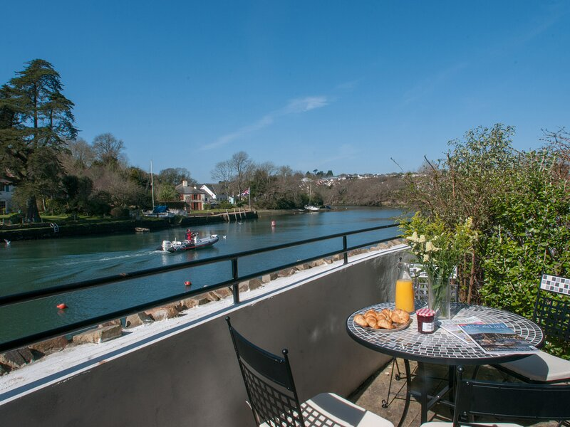 1 CRABSHELL QUAY, ground floor apartment with open-plan living area, outside, alquiler vacacional en Goveton