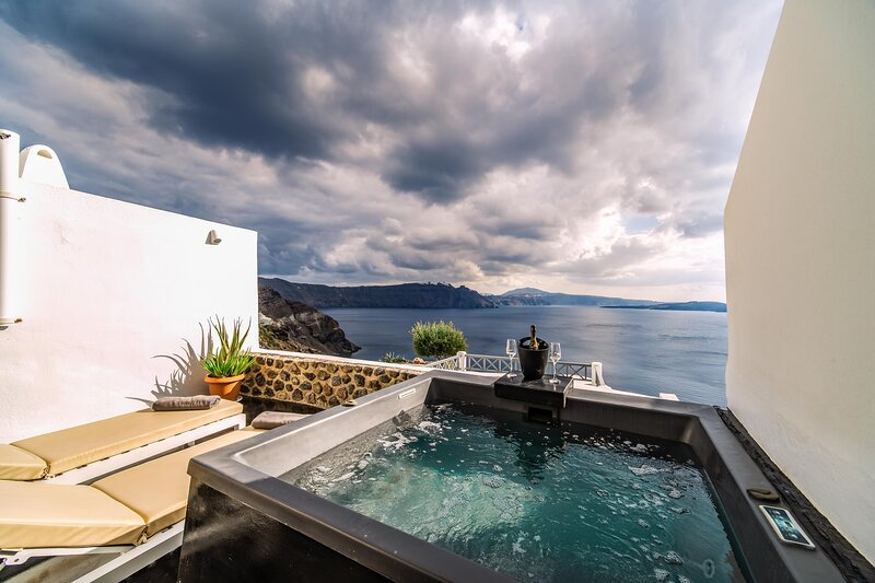Solstice Cave Suite with Hot tub & Caldera View, holiday rental in Tholos