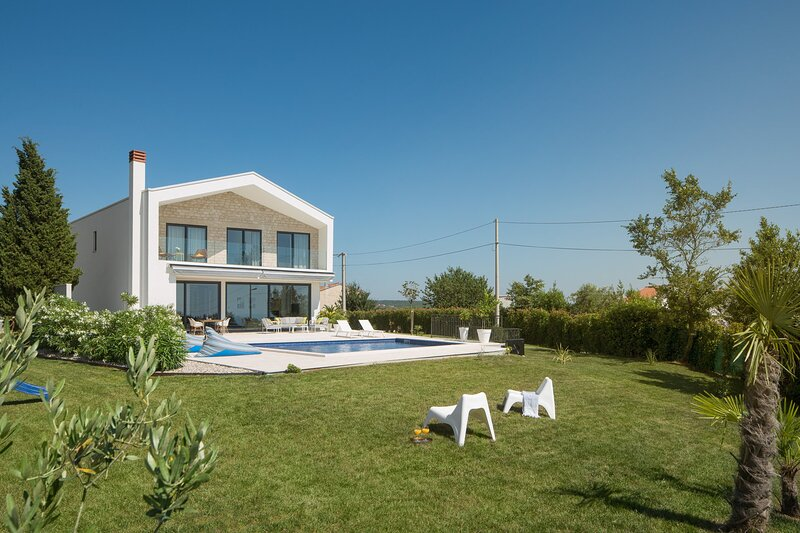 Villa Grand Cube with Pool, holiday rental in Kastelir