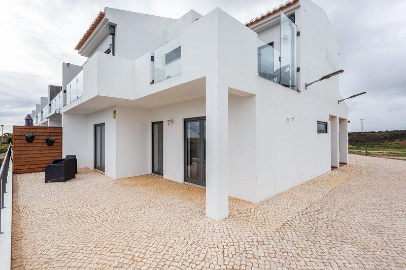 Casa Chic - Minimalistic 3 bedroom with great views, aluguéis de temporada em Vila do Bispo