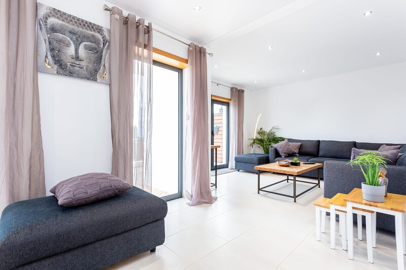 Casa Chic - Minimalistic 3 bedroom with great views, aluguéis de temporada em Carrapateira