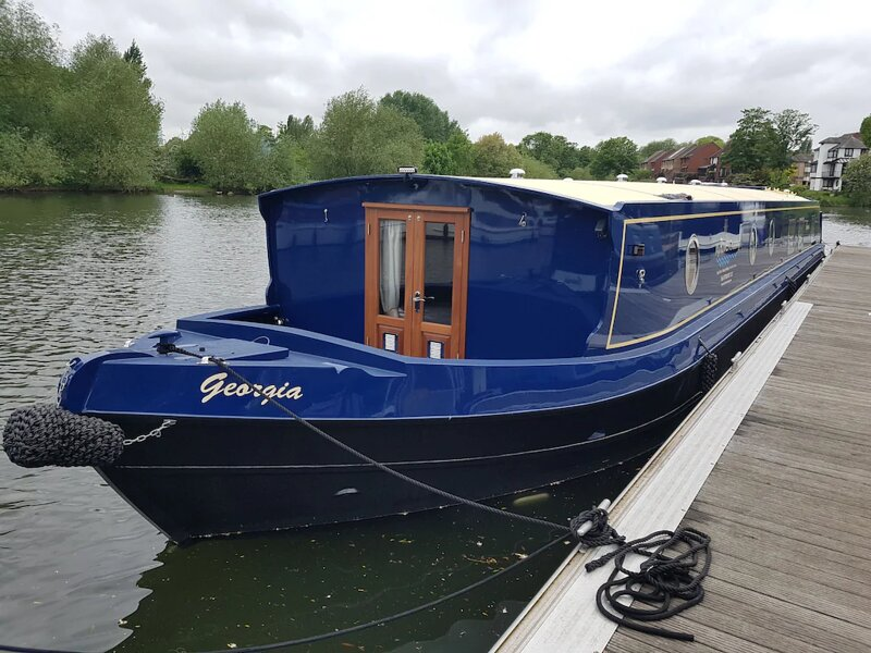 Boat Georgia - Lux Brand New Widebeam Boat -Self Drive Boating Holiday on Thames, holiday rental in Knowl Hill