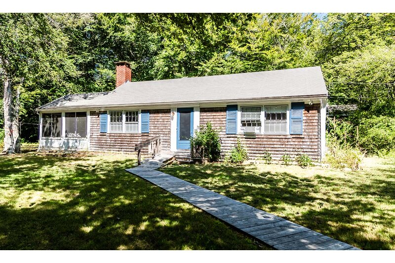 WATTL - Cottage with Screened Porch, Close to Menemsha Village Area and just a S, Ferienwohnung in Chilmark