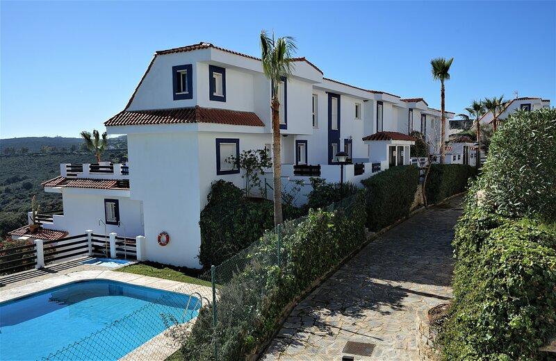 Bonito apartamento cerca de Estepona con vistas al mar, vacation rental in San Martin del Tesorillo
