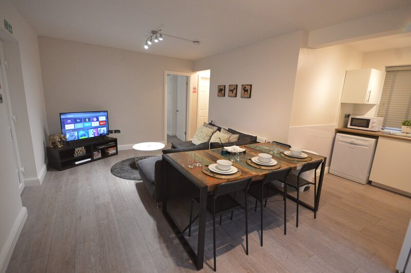 Luxury 3 Bedroom Ground Floor Apartment - Coventry, holiday rental in Kenilworth
