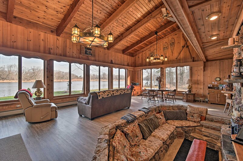 NEW! 'Eagles Nest' Situated on the Wisconsin River, holiday rental in Merrimac