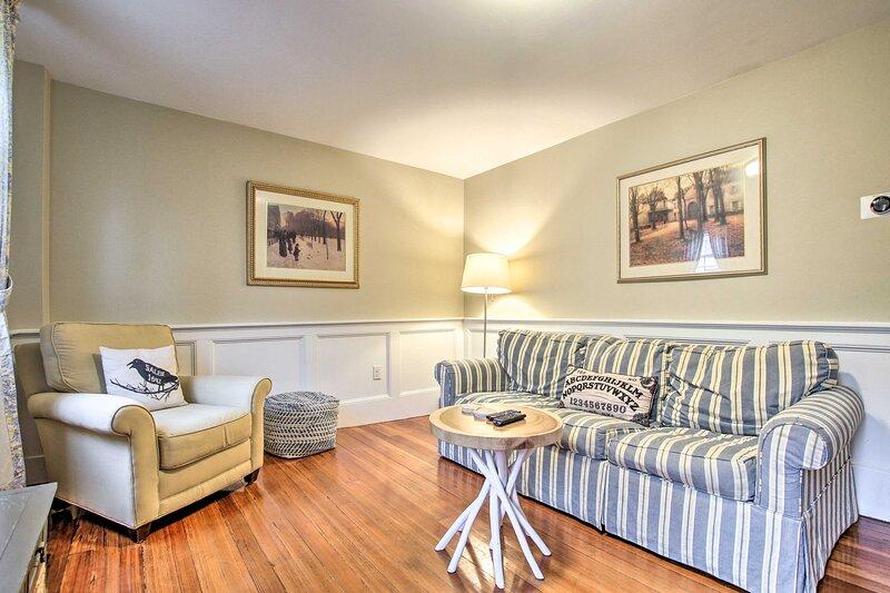 Living Room | Commutable Location | Free WiFi