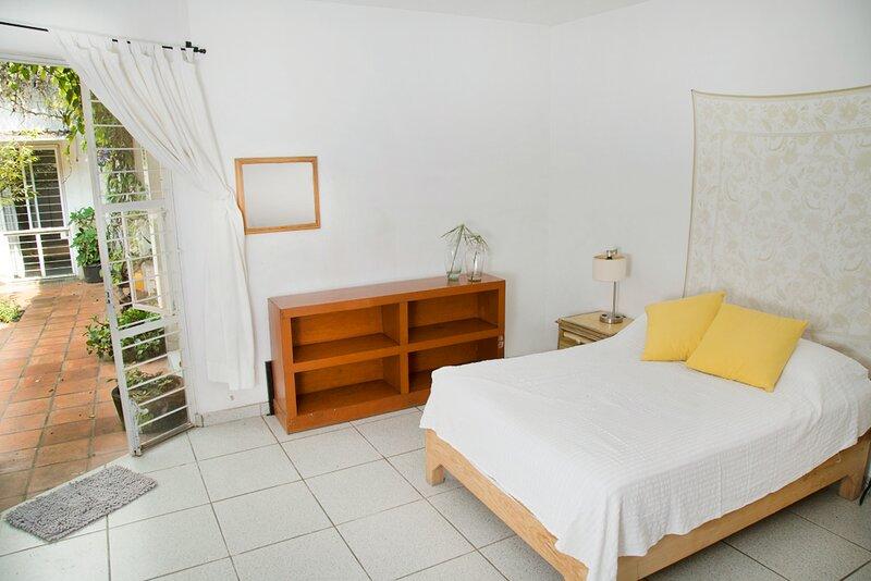 Triple private wide room, appart from street bustle.  La Americana, vacation rental in Guadalajara