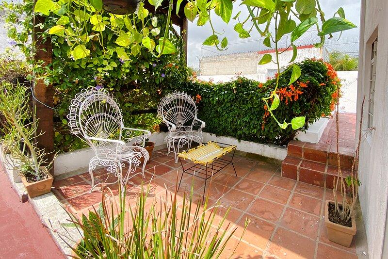 Casa Canario La Americana, Urban Sanctuary,  Private rooms, own terrace & patio, location de vacances à San Patricio