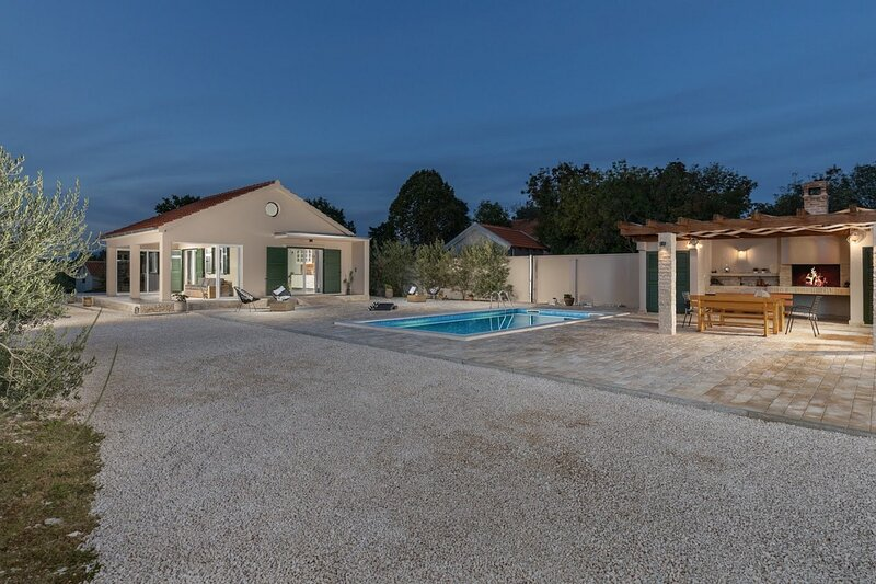 Beautiful Villa Oliveto Smilčić, in Dalmatia, casa vacanza a Novigrad