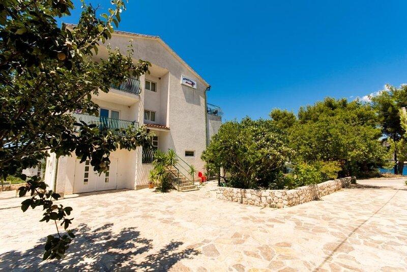 Sandra - quiet & close to the beach: SA2(2+1) - Okrug Donji, aluguéis de temporada em Okrug Donji