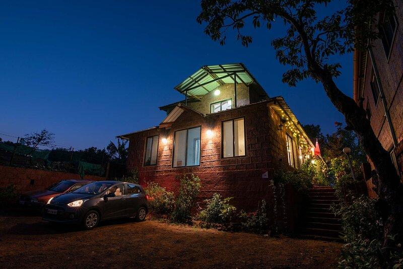 Bihag Villa by Vista Rooms, casa vacanza a Satara District