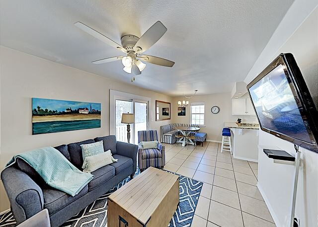 Great Getaways | Unit B | 2 Private Balconies, Pool, Steps to Beach, location de vacances à Gulf Shores