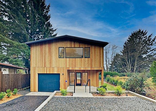 Newly Built Modern Home with Ocean & Neahkahnie Mountain Views, Walk to Beach, alquiler de vacaciones en Nehalem
