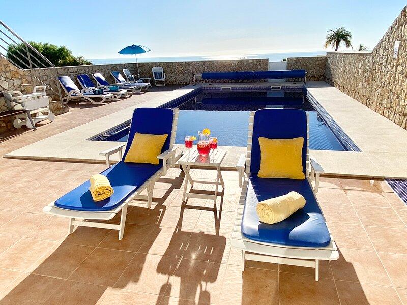 STUNNING 5 BED 5 BATH VILLA HEATED POOL A/C WIFI, aluguéis de temporada em Luz