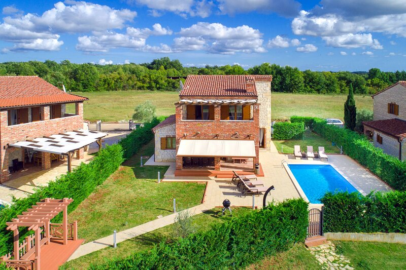 Family Villa with 4 bedrooms | Kid's park and shared Tennis court, vacation rental in Svetvincenat