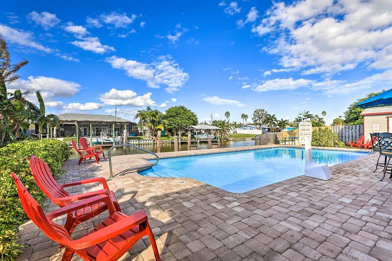 NEW! Merritt Island Home on Canal - 4 Mi to Beach!, alquiler vacacional en Cocoa
