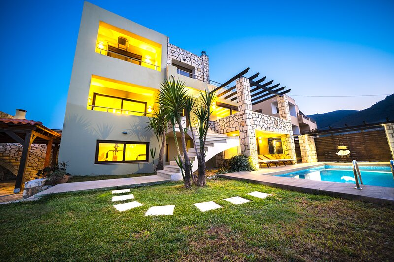 Villa Silvia with unique sea view and heated swimming pool., location de vacances à Malaxa