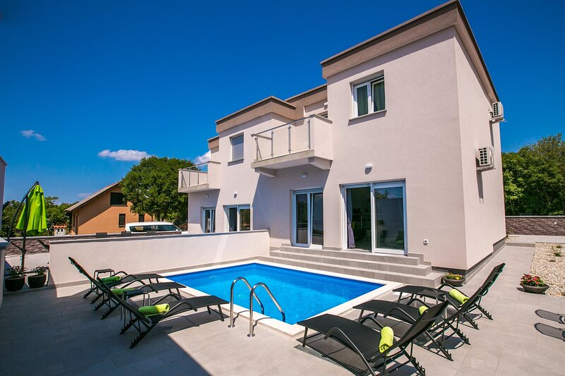 Skrbcici Holiday Home Sleeps 14 with Pool Air Con and WiFi - 5875550, holiday rental in Skrbcici