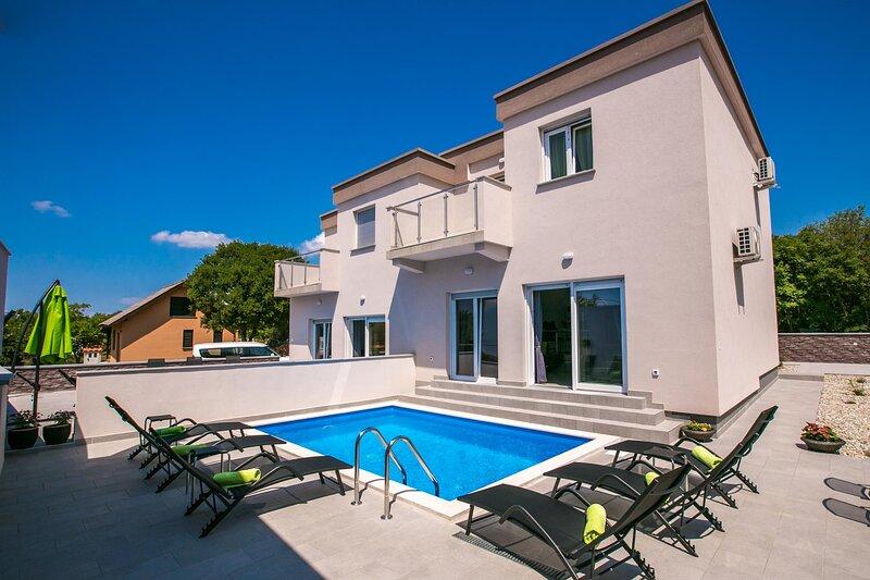 Skrbcici Holiday Home Sleeps 14 with Pool Air Con and WiFi - 5875550, aluguéis de temporada em Nenadici