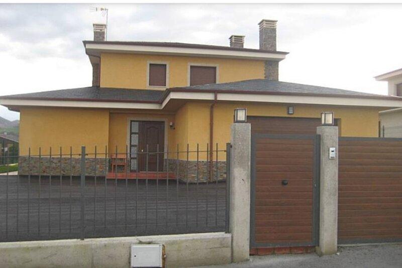 Chalet individual de 5 habitaciones con  terraza y jardin, holiday rental in Queruas