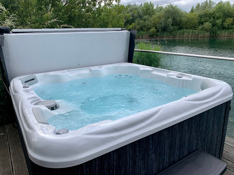 Cotswolds lakeside luxury lodge, private Hot Tub, free fishing, vacation rental in South Cerney
