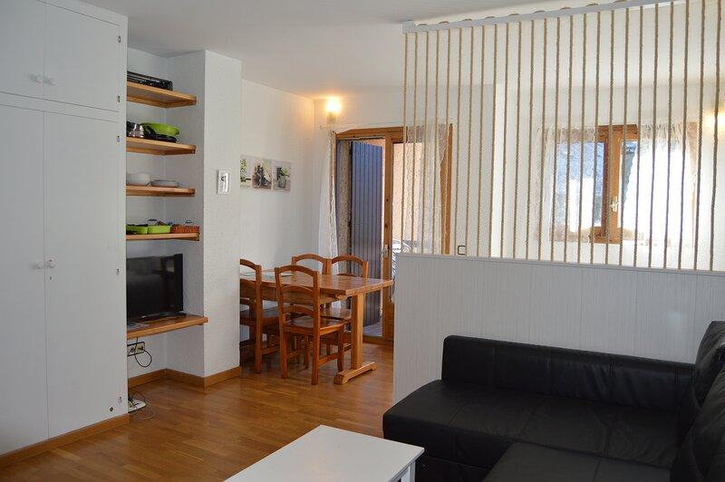 Apartamento  a pie de pistas con  Wifi, terraza y maravillosas vistas.Ed. L´avet, holiday rental in Ransol