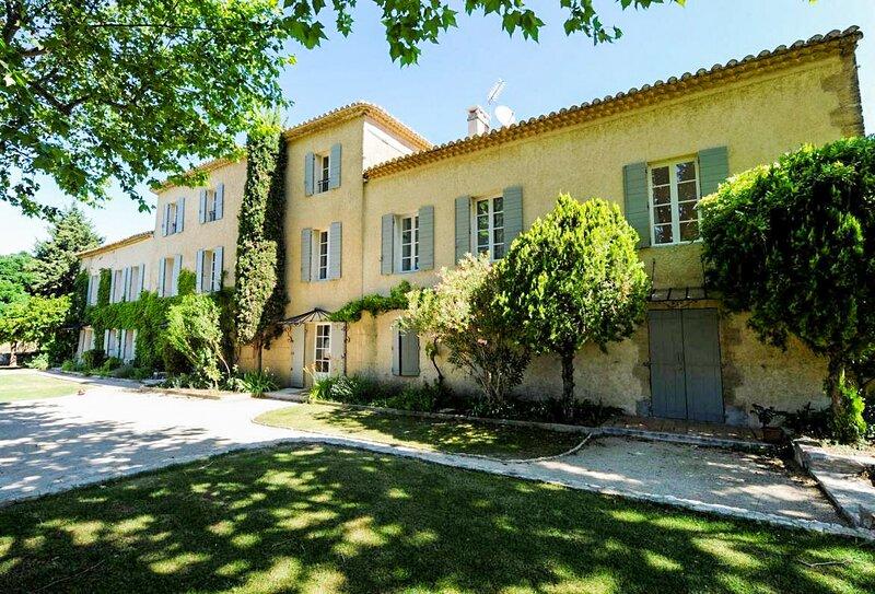 Saint-Cannat Holiday Home Sleeps 14 with Pool and Free WiFi - 5875351, aluguéis de temporada em Saint-Cannat