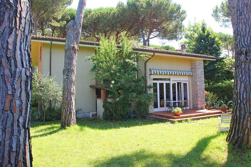 Marina dei Ronchi Villa Sleeps 7 with WiFi - 5875470, vacation rental in Ronchi