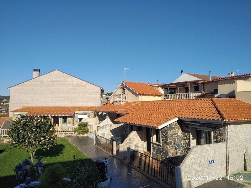 2 habitaciones planta baja con terraza B1, aluguéis de temporada em Outeiro