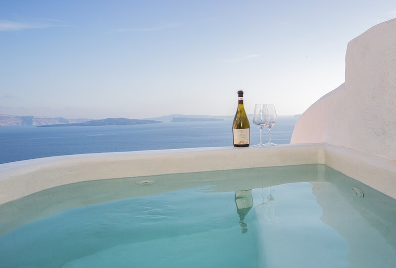 Canvas Suites | Earth Suite with outdoor jacuzzi & Caldera view, holiday rental in Santorini