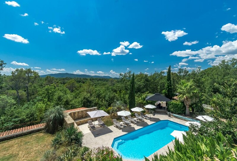 Saint-Paul-en-Foret Holiday Home Sleeps 12 with Pool Air Con and WiFi - 5875361, holiday rental in Saint-Paul-en-Foret