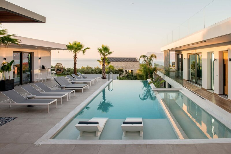 Stunning villa Lydia I Superb views, two pools, next to the city – semesterbostad i Kreta