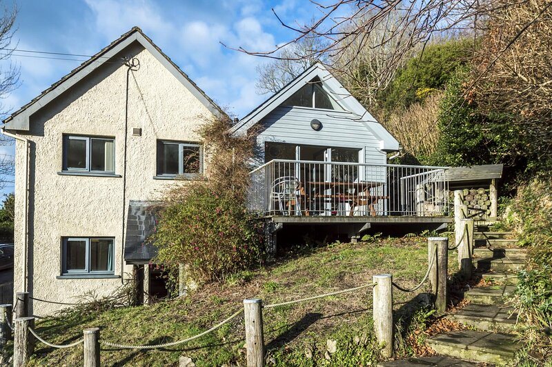 Rock Cottage - 3 Bedroom Holiday Home - Fishguard, vacation rental in Fishguard