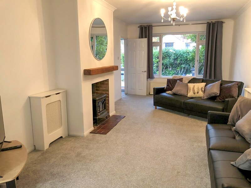 Harpesford Hideaway up to 12, Pet Friendly + Parking, vacation rental in Chertsey