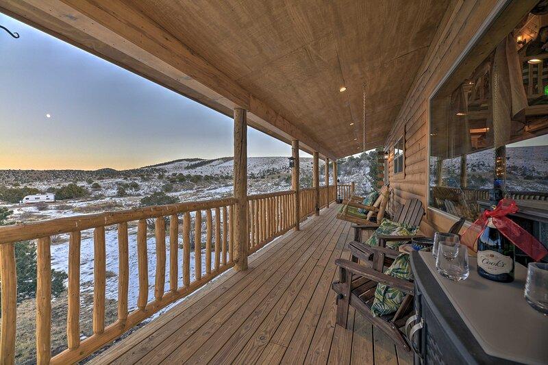 Peaceful Cabin w/ Panoramic Mtn Views & Hot Tub!, location de vacances à Del Norte