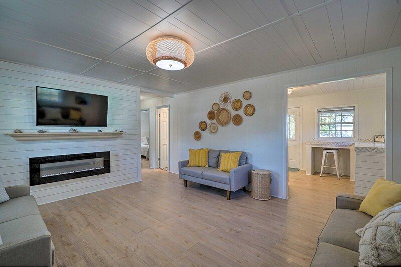 NEW! Modern Oak Island Cottage < 3 Miles to Pier!, holiday rental in Oak Island