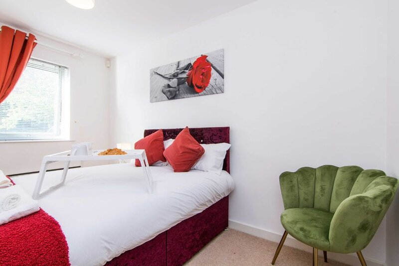 Sublime Stays Stylish 2 Bed Apartment by Coventry Stn w/Parking, holiday rental in Coventry